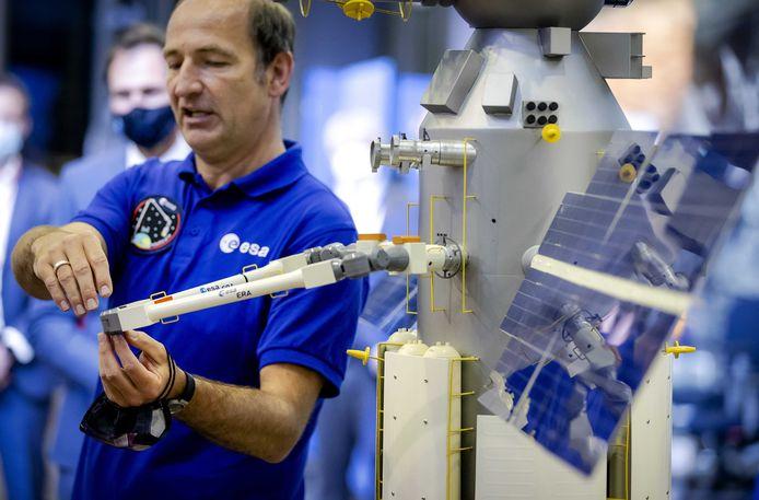 Een schaalmodel van de European Robotic Arm (ERA) voor het Internationale Ruimtestation (ISS) tijdens een demonstratie eerder deze maand in Noordwijk.