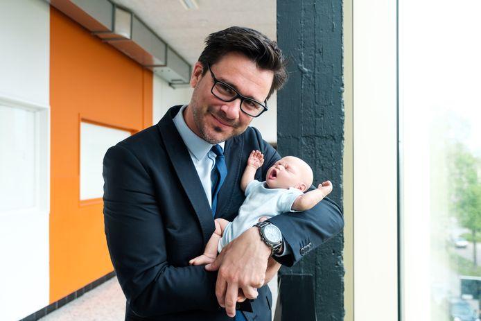 Directeur Ben Lambrechts met babypop Ben.