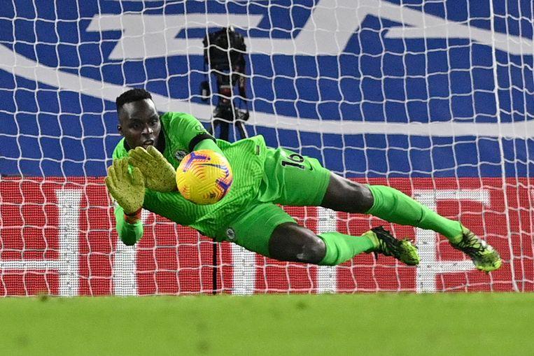 Chelsea-keeper Edouard Mendy redt een schot op Stamford Bridge in London. Beeld AP