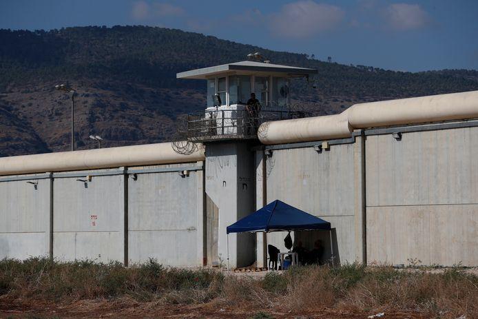 Bewakers van de Gilboagevangenis in Israel houden de wacht bij de tunnel waarlangs de zes gevangen konden ontsnappen.