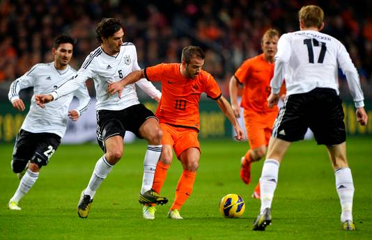 Rafael van der Vaart in 2012 in duel met Mats Hummels.