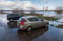 Uit het archief: Een bekend beeld tijdens hoogwater: automobilisten in Zaltbommel houden er geen rekening mee en zien bij terugkomst hun auto in het water staan.