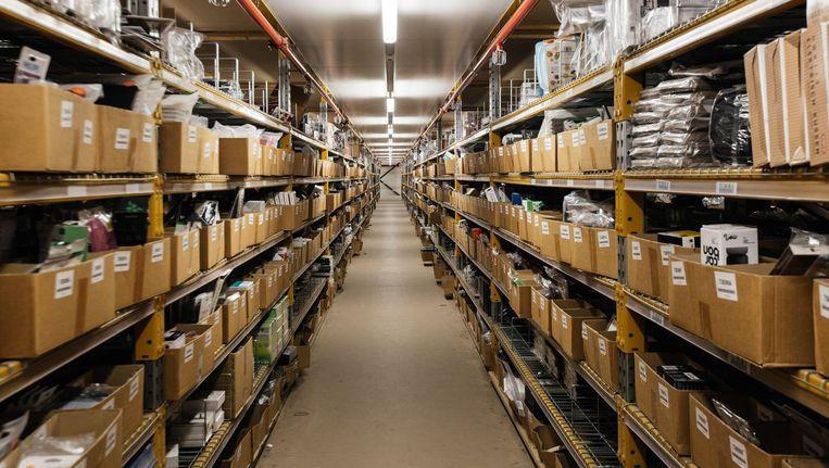Het distributiecentrum van onder andere Bol.com in Waalwijk, Nederland. Hier worden komen de bestellingen van Bol.com binnen, worden ze ingepakt en verstuurd. Beeld Wouter Van Vooren