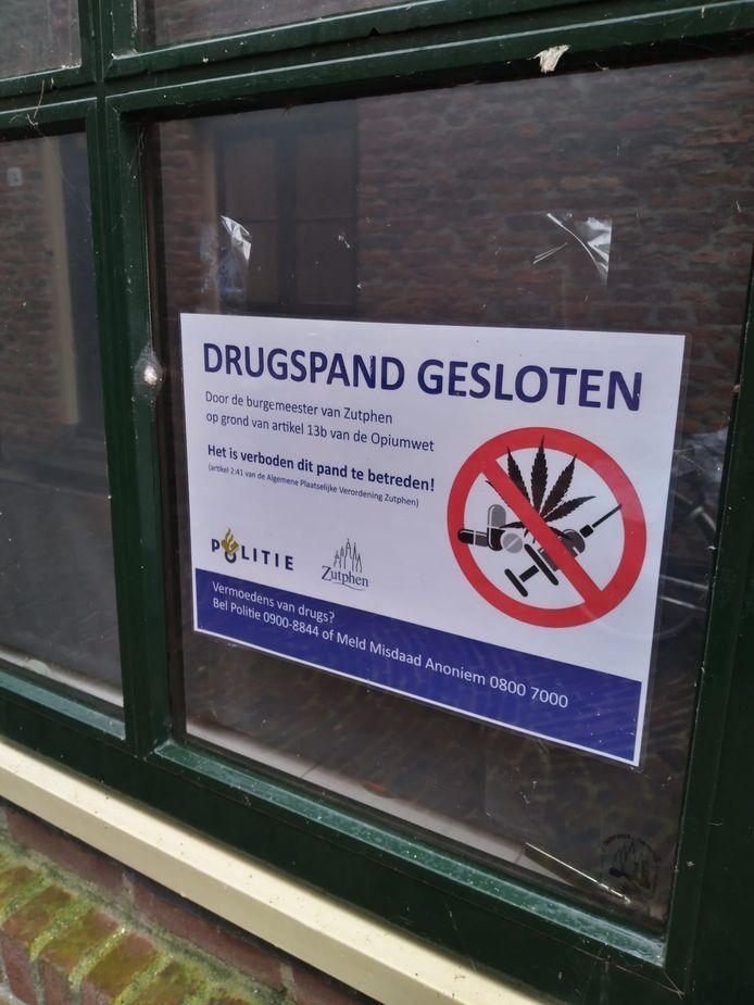 Burgemeester Annemieke Vermeulen heeft een drugspand aan de Beekstraat in Zutphen gesloten.