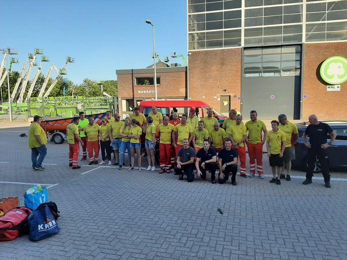 De hulpverleners onderweg naar Noord-Limburg.