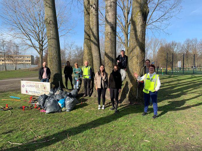 De Prullen Prikkers die in de wijk Hoge Vucht afval hebben geprikt.