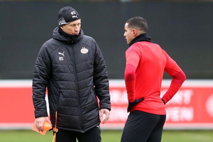 Roger Schmidt en Mohamed Ihattaren tijdens de training van PSV.