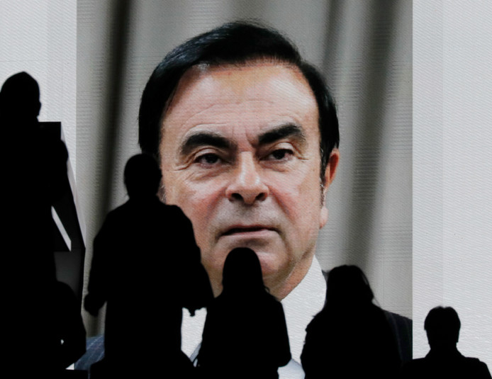 Het portret van Ghosn op een scherm in Tokyo, Japan.