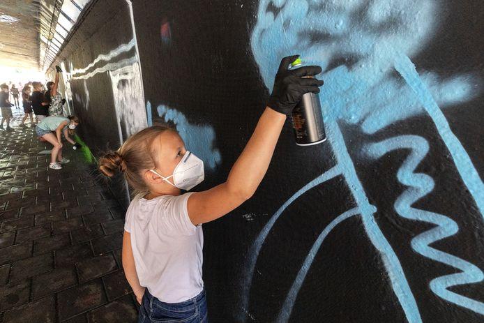 Sara en Maud van basisschool de Vuurvlinder werken aan hun eigen kunstwerk in de Berenkuil tijdens de kidsbattle.