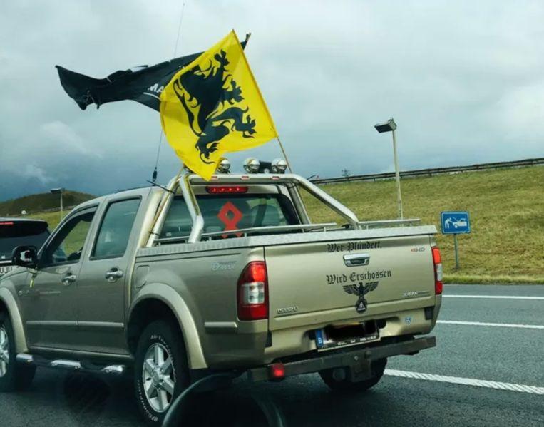 De pick-up met nazisymbolen waarmee Emmanuel M. deelnam aan een autokaravaan van  Vlaams Belang Beeld Twitter