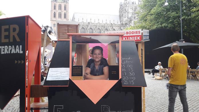 Eva van Pelt in haar kassa op de Parade in Den Bosch.