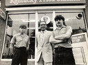 De familie De Kok voor hun eerste KFC aan de Bergweg in Rotterdam, (vlnr) Michel, John en Ron.