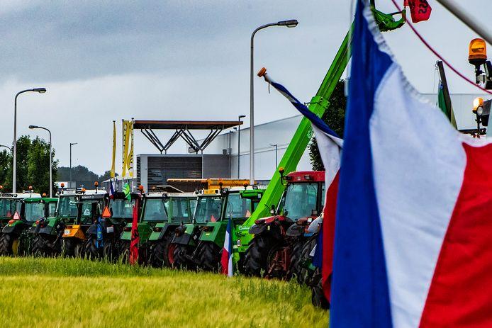 Honderden boeren verzamelen zich met trekkers bij het distributiecentrum van de Jumbo in Raalte.