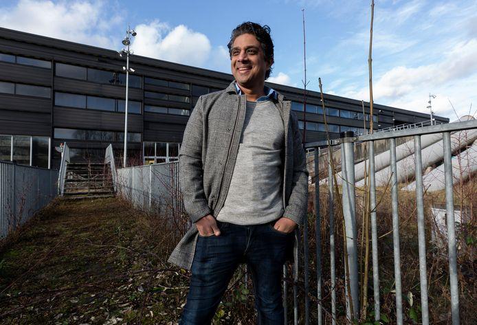 Rakesh Jagai op zijn terrein waar nog de restanten staan van Dutch Water Dreams (DWD). Hij wil er tijdelijk een coronaproof evenementenlocatie van maken.