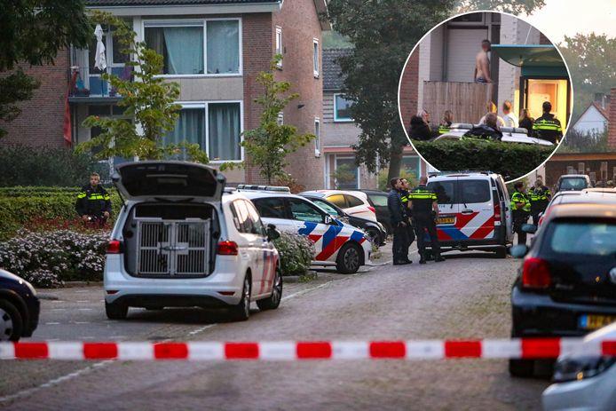 De verwarde man kwam na zijn klauterpartij uiteindelijk naar beneden. Politieagenten hebben hem meegenomen.