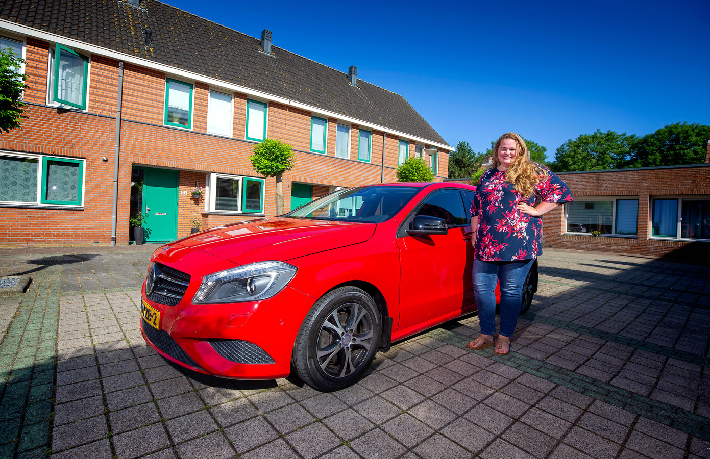 Emmy Versteeg met haar Mercedes