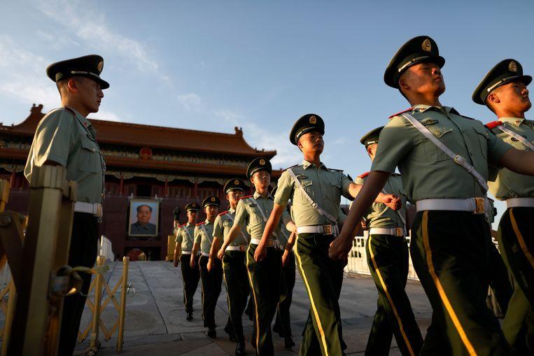 Chinese militairen paraderen op het Tiananmen-plein, dertig jaar na de bloedig neergeslagen protesten. Beeld EPA