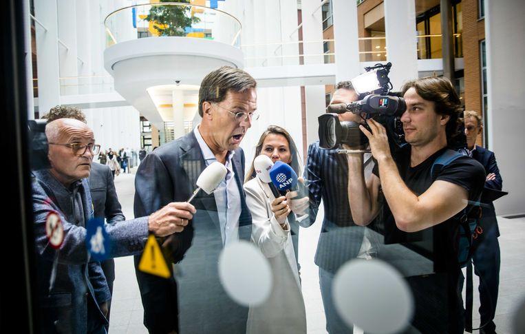 Premier Rutte verlaat een coalitieoverleg. Beeld ANP