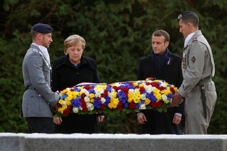 Angela Merkel en Emmanuel Macron legden samen een krans neer. Beeld REUTERS