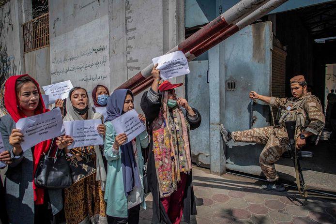 Vrouwen protesteren bij het voormalige ministerie voor Vrouwenzaken, dat zaterdag vervangen werd door een ministerie van Deugd.