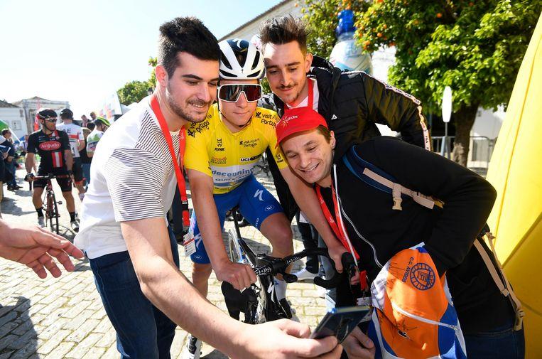 Evenepoel druk gescolliciteerd voor de start van de derde etappe in de Ronde van de Algarve.