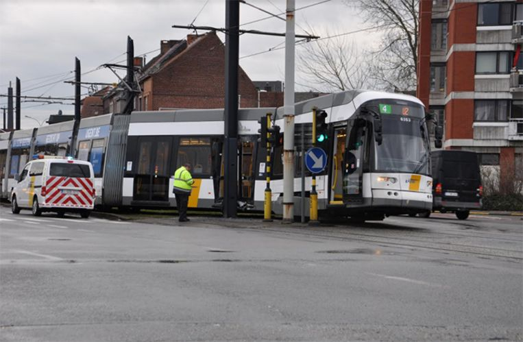 De tram knalde op een paal aan het Neuseplein. De oorzaak van het ongeval is nog onduidelijk.