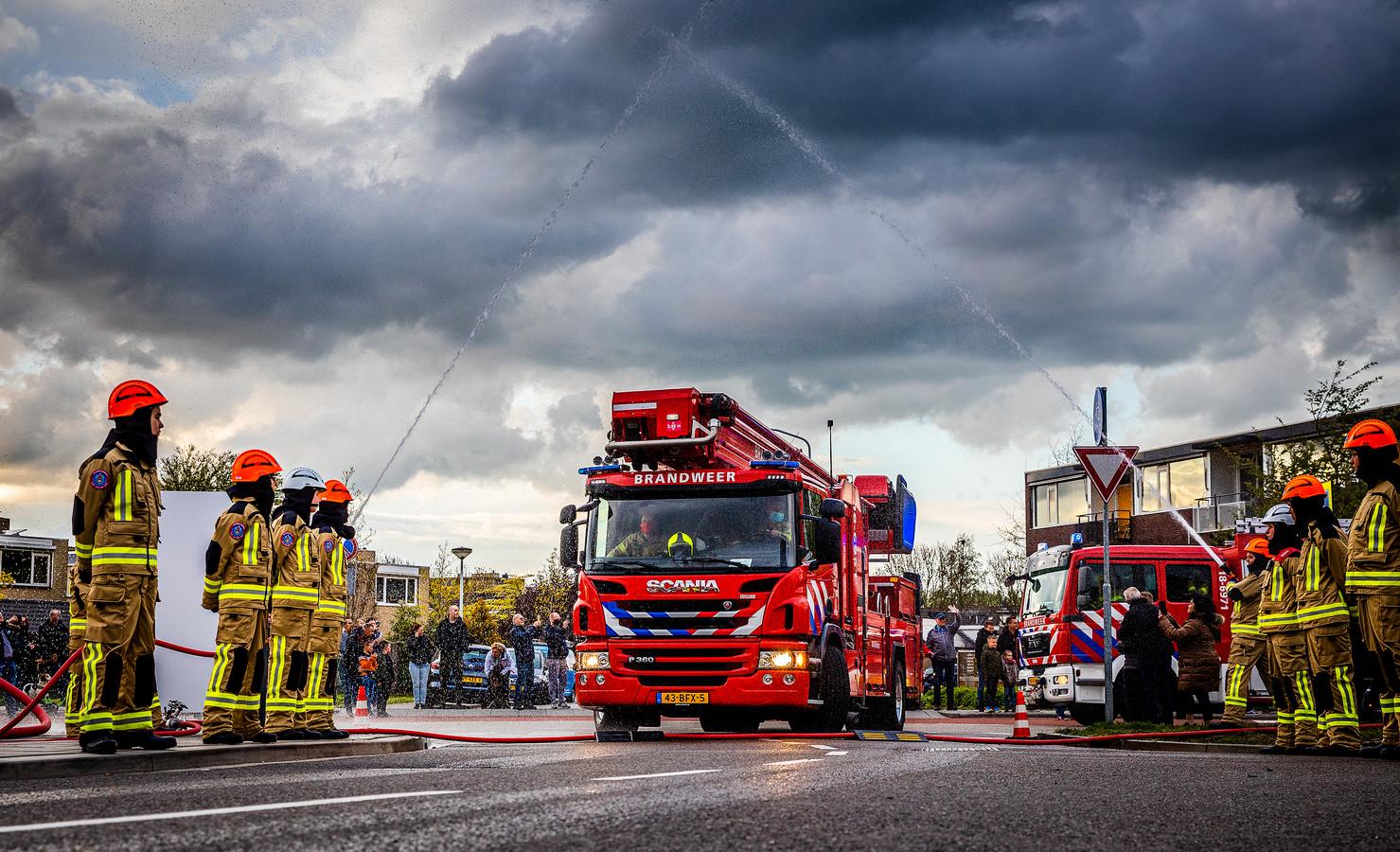 De brandweer van Papendrecht reed met zwaailicht en sirene door het dorp op weg naar hun nieuwe kazerne.