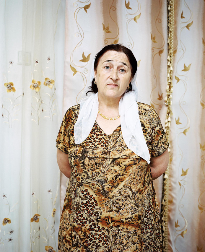 """Khava, Tsjermen, Noord-Ossetië, 2011. Bijschrift: """"Mijn man was met een buurman boodschappen gaan doen in Vladikavkaz"""", zegt Khava. """"Daarna wilden ze naar Ingoesjetië rijden. Ze hadden het plan om een nieuwe auto met een Ossetische nummerplaat te kopen . Maar dat is niet gelukt. Waarschijnlijk zijn ze door neppolitie aangehouden, of door de echte politie gestopt. Ik weet niet wat er gebeurd is. Niemand weet wat er gebeurd is."""""""