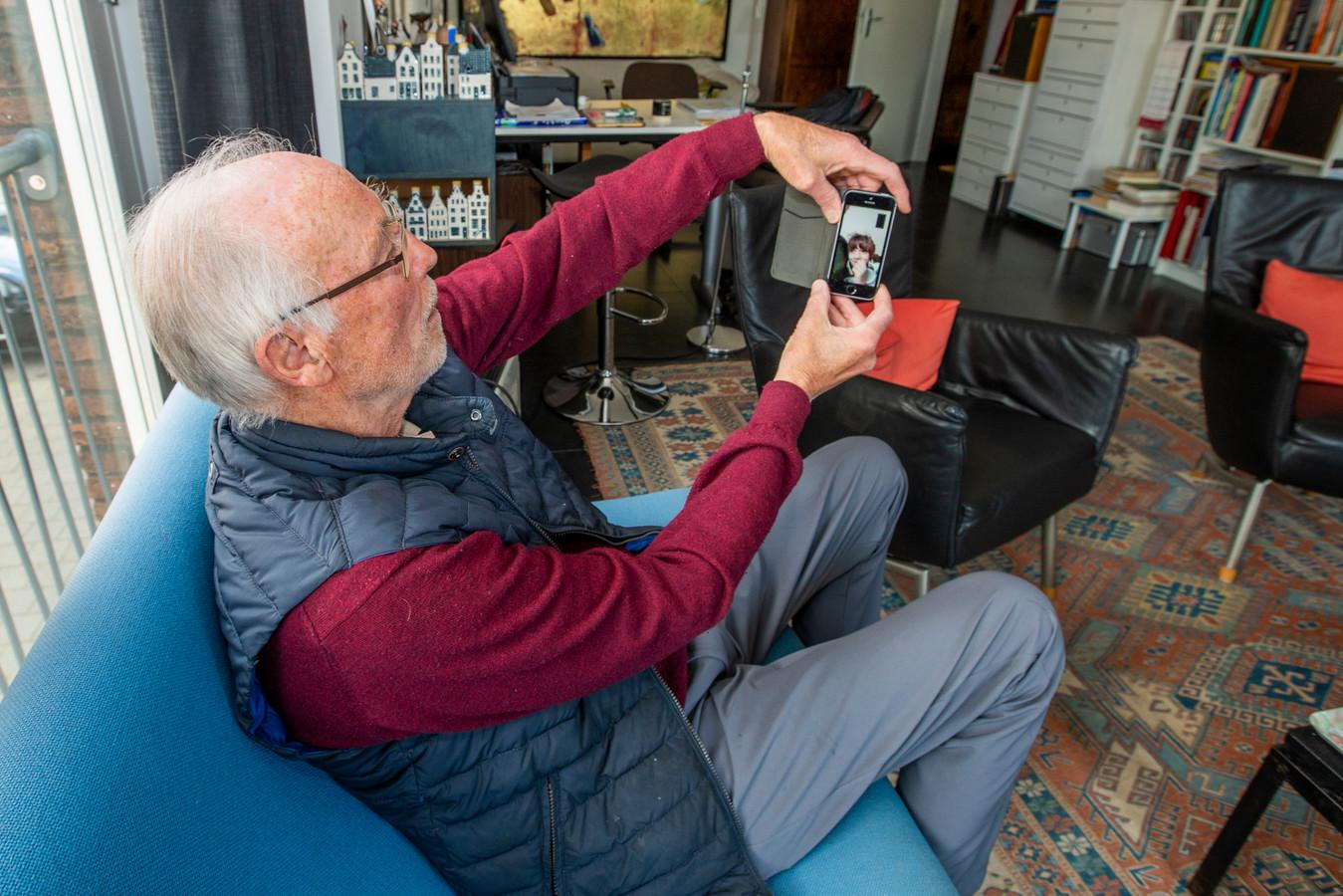 Louis Hornsveld helpt Kamil een handje en geeft nu taalles via videocontact.