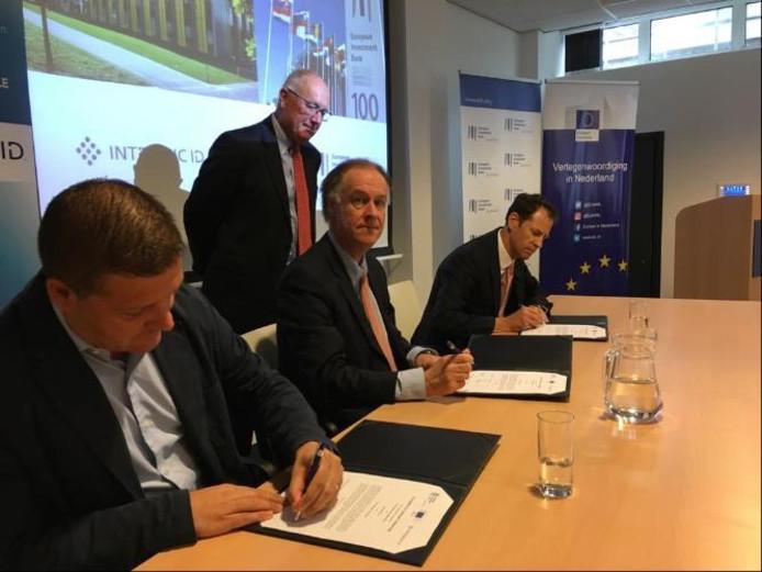Pim Tuyls van Intrinsic ID (links) ondertekent de leningovereenkomst.