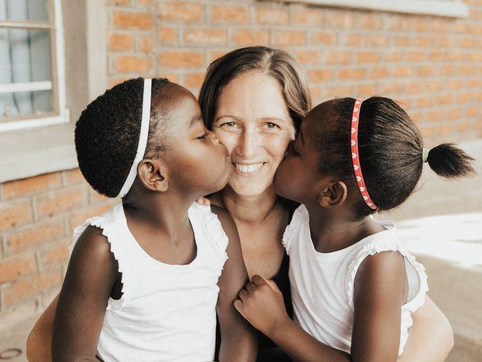 Nicole van Elteren met haar geadopteerde dochters Maria en Diana