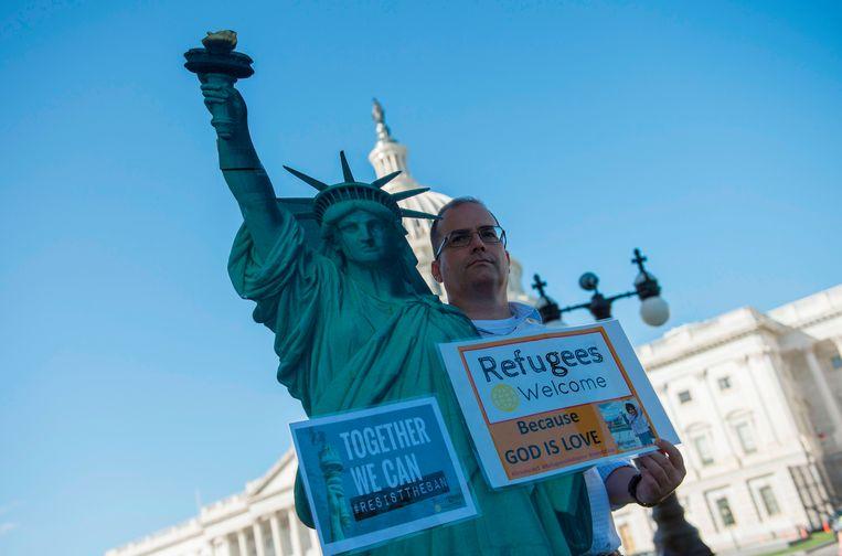 Een man protesteert tegen Trumps asielbeleid. Archiefbeeld uit 2017. Beeld AFP