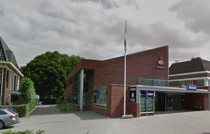 Het voormalig Rabobankpand in Vorden, met daarachter de vier bomen die van de gemeente Bronckhorst mogen worden gekapt om extra parkeerruimte voor de Coop supermarkt te creëren. Bomenbelang Bronckhorst heeft bezwaar aangetekend tegen de kap.