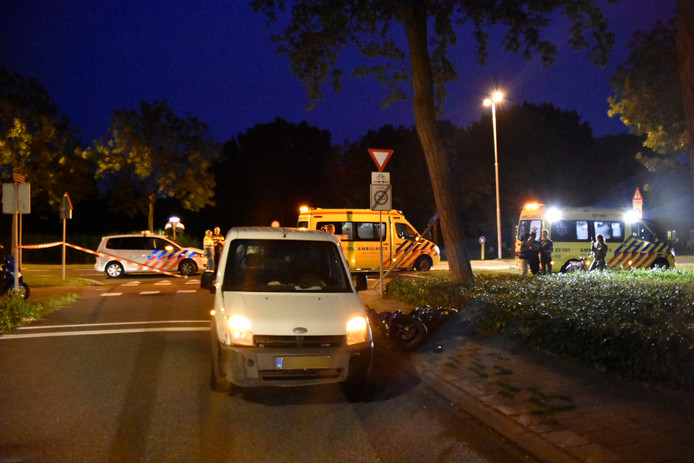 Op de kruising van de Randweg met de Zeelandsingel in Arnhem botsten een bromfiets en een auto op elkaar.