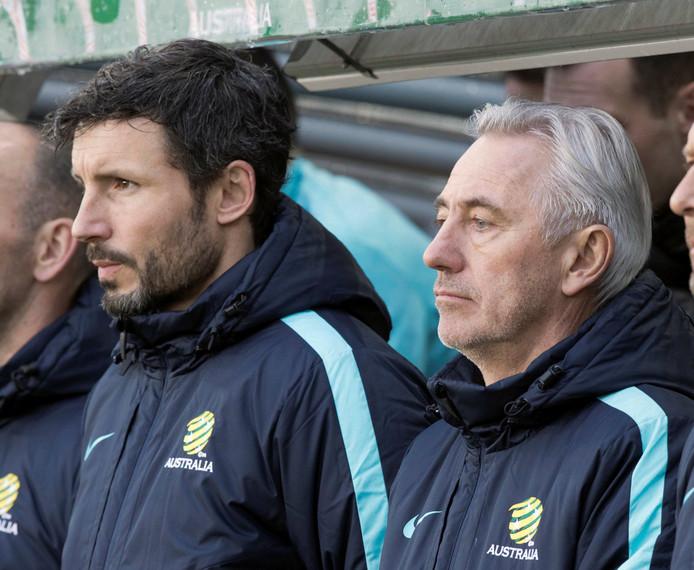 Van Marwijk met zijn assistent Van Bommel op de bank bij Australië.