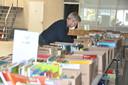 Ruim een half jaar kwamen vijftien tot twintig vrijwilligers twee keer per week samen in de voormalige Hommel-garage om de tienduizenden boeken en platen te sorteren.