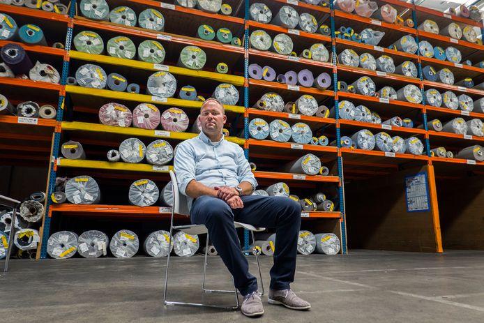 Marc van de Merbel zag zijn bedrijf JMT failliet gaan door corona. De onderneming uit Dinteloord leverde meubilair voor onder meer beurzen, zoals vloeren.