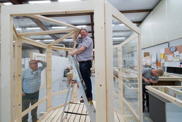 Gert Jan van Ingen (midden) en Mark Hofman (links) hebben handen ineen geslagen en hebben glazen huisjes ontwikkeld die horeca bedrijven op hun terrassen neer kunnen zetten.