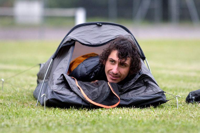 Morton slaapt in een tentje tijdens zijn onderneming. Beeld AFP