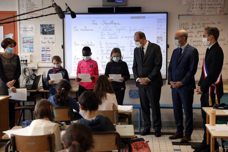 Jean Castex en Jean-Michel Blanquer op een school in het klaslokaal van een school in Conflans-Sainte-Honorine.  Beeld REUTERS