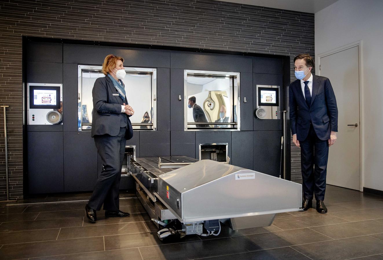 Demissionair premier Mark Rutte in februari tijdens een bezoek aan uitvaartcentrum Rijnhof in Leiden. Hij sprak daar met medewerkers van de uitvaartbranche over de impact van de coronacrisis op hun werk (archieffoto).