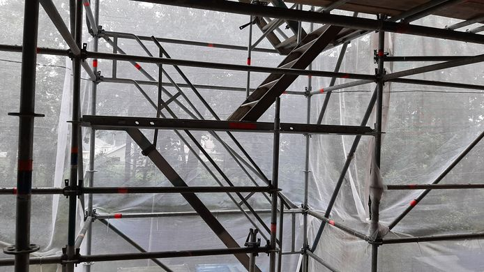 Dit is een jaar lang het uitzicht vanaf het balkon van mevrouw Dirks, vanwege werkzaamheden aan het Kwendelhof