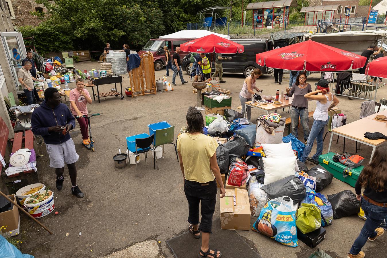 Une illustration montre la distribution de nourriture et de produits alimentaires à Trooz le mardi 27 juillet 2021. La région est toujours en train d'évaluer l'ampleur des dégâts causés par les inondations extrêmement graves qui ont touché la région il y a plus d'une semaine.