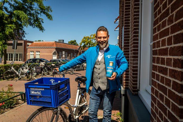 Gebiedsregisseur Harold van Lieshout kwam met het idee van flessenpost versturen in Mierlo.