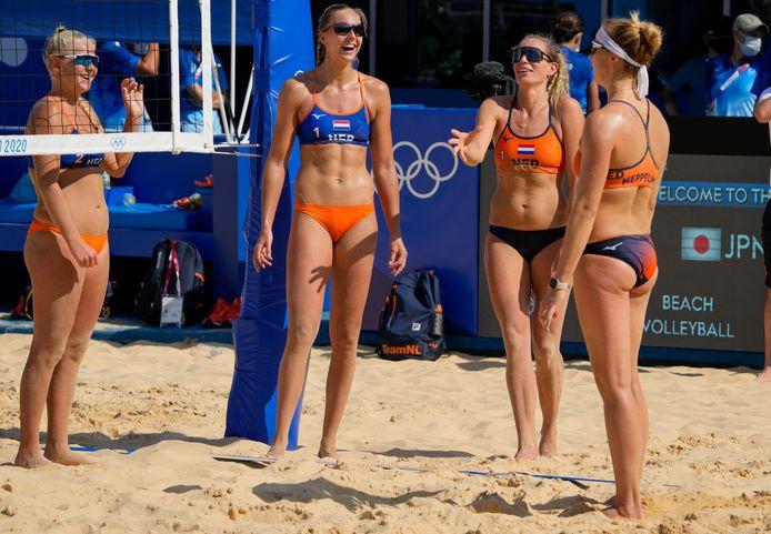 De Nederlandse beachvolleybalsters Raisa Schoon, Katja Stam, Sanne Keizer en Madelein Meppelink (vlnr) tijdens de training in Tokio.