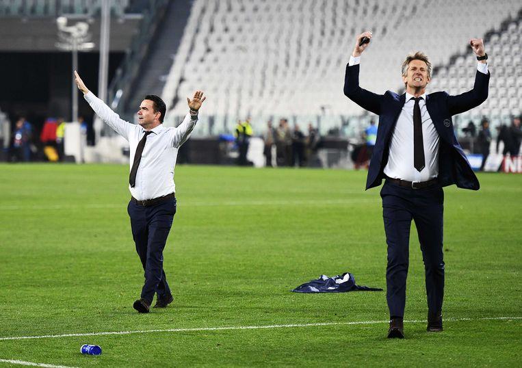 Technisch directeur Marc Overmars en algemeen directeur Edwin van der Sar van Ajax vieren de winst tegen Juventus tijdens de return van de achtste finale van de Champions League.  Beeld ANP