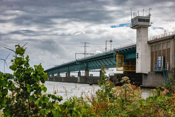 Bij een artikel op de voorpagina van het regiokatern over de problemen met de Haringvlietbrug, plaatste BN DeStem dinsdag per abuis een foto van de brug over de Volkeraksluizen. Bij deze de juiste brug.