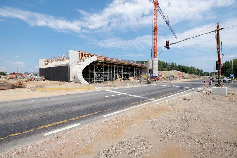 De plaat bestaat uit 800 kubieke meter beton.