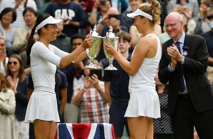 Elise Mertens en haar dubbelpartner Su-Wei Hsieh met de Wimbledon-trofee.