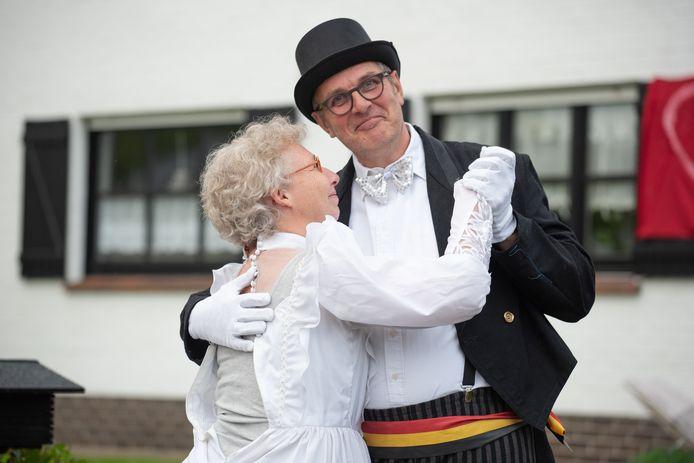 Er was zelfs een 'burgemeester' om het koppel hun huwelijksgeloften te laten hernieuwen.